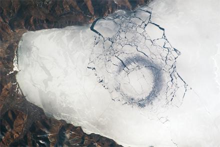 Légi felvétel készült a Bajkál-tóban keletkezett 4 km széles körről.
